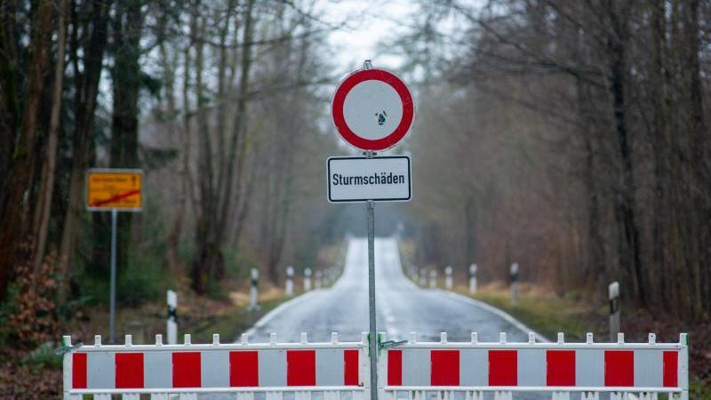 """""""Sturmschäden"""" steht auf einem Schild vor einer Straßensperrung. Foto: Klaus-Dietmar Gabbert/dpa-Zentralbild/ZB"""