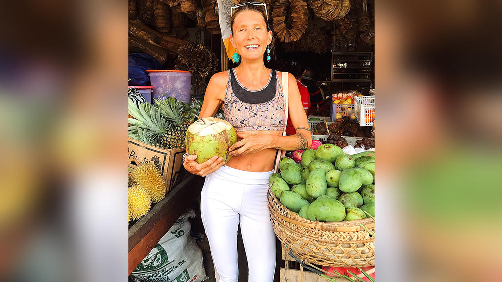 Sophie Partik auf einem Markt in Bali