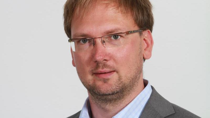 Lars-Jörn Zimmer (CDU), Mitglied des Landtages von Sachsen-Anhalt, schaut in die Kamera. Foto: Nestor Bachmann/dpa-Zentralbild/dpa/Archivbild