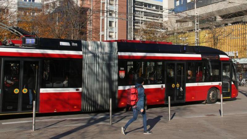 Ein Oberleitungsbus fährt in der Nähe des Bahnhofs durch eine Straße von Salzburg. Foto: Lothar Ferstl/dpa/Archivbild