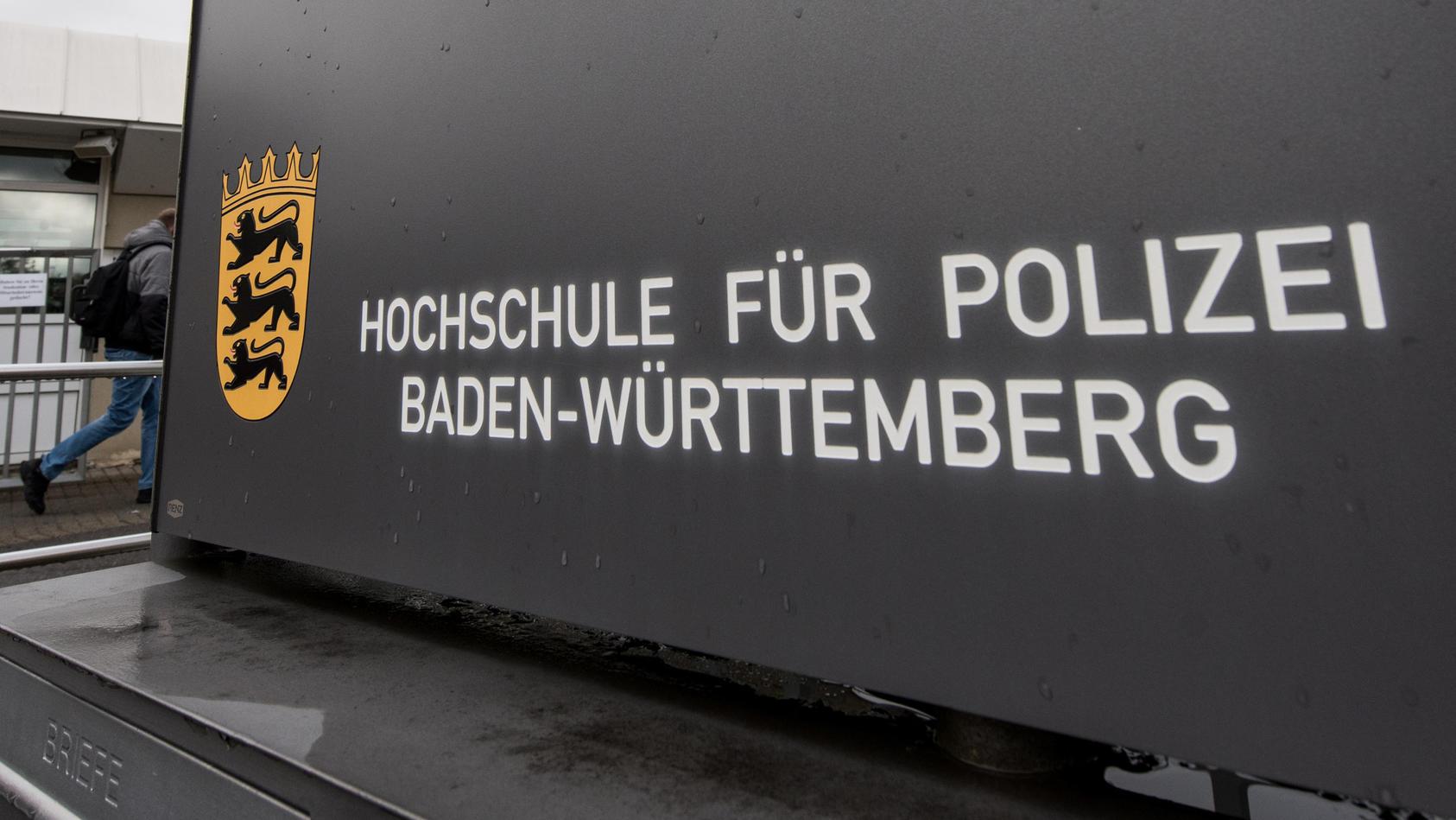 Die Polizeihochschule in Baden-Württemberg hat sieben Schüler vom Dienst suspendiert, weil sie rechtsextremes Gedankengut in einer geschlossenen Whatsapp-Gruppe ausgetauscht haben sollen.