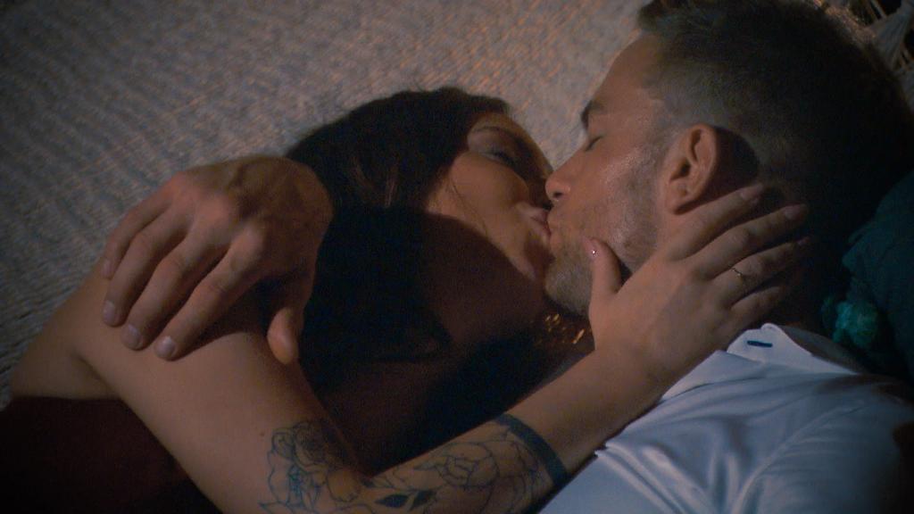In Folge 3 fiel der erste Kuss beim Bachelor - mit Jenny Jasmin