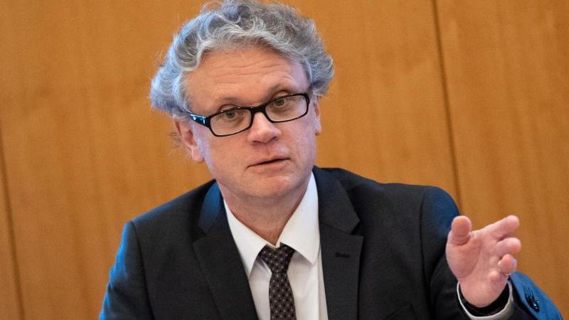 Johannes Caspar, Hamburgischer Beauftragter für Datenschutz, beklagt Defizite beim Vollzug. Foto: Daniel Reinhardt/dpa/Archivbild