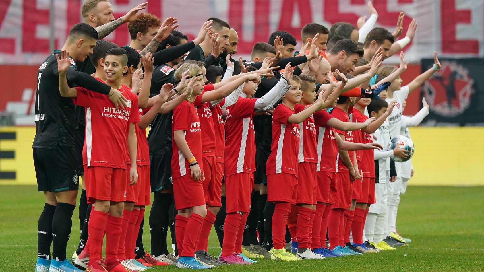 Einlaufkinder bei Fortuna Düsseldorf gegen Werder Bremen