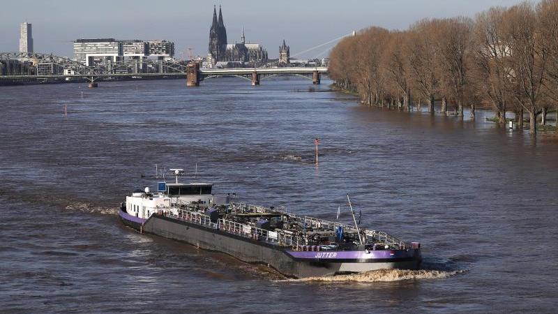 Ein Binnenschiff fährt auf dem Rhein, im Hintergrund ist der Kölner Dom zu sehen. Foto: Oliver Berg/dpa