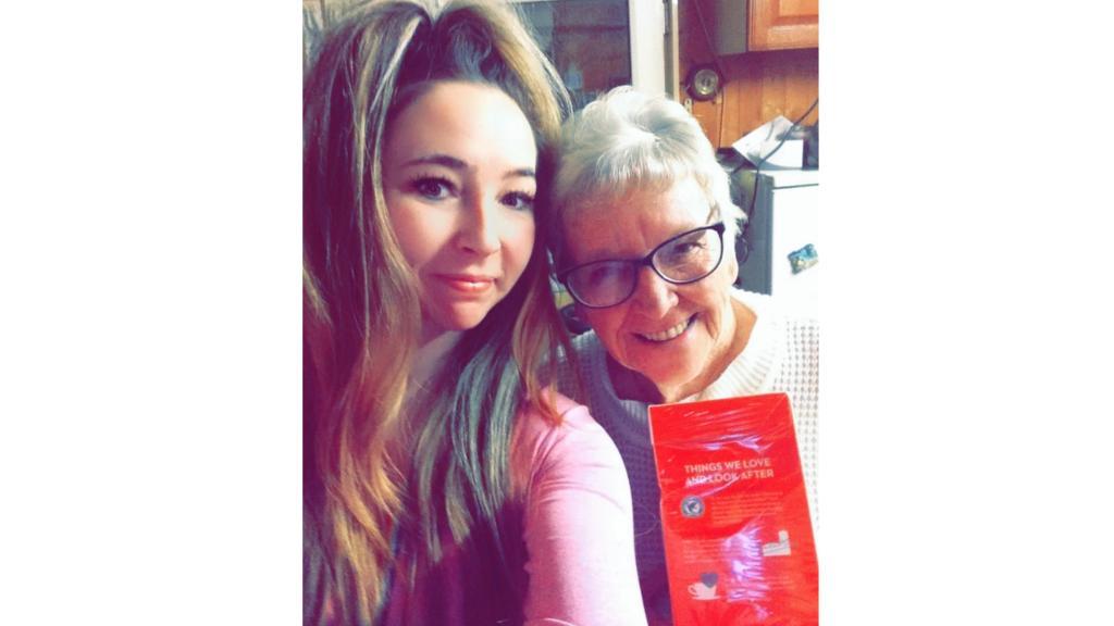 Enkelin Gemma fotografiert ihre Oma und die Kondome