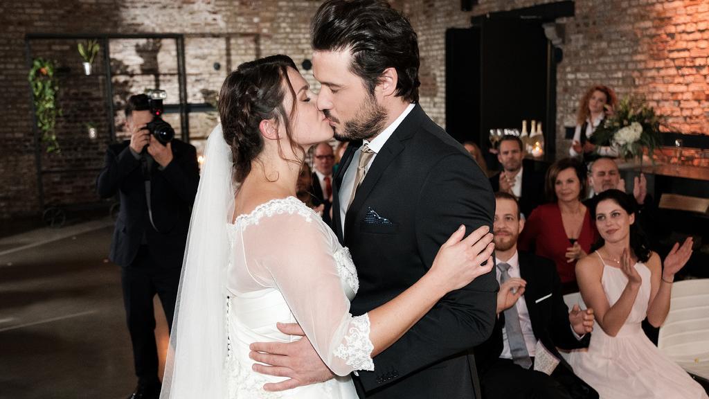 Saskia (Antonia Michalsky) und Jakob (Alexander Milo) geben sich überglücklich das Ja-Wort und besiegeln ihre Liebe mit einem Kuss.