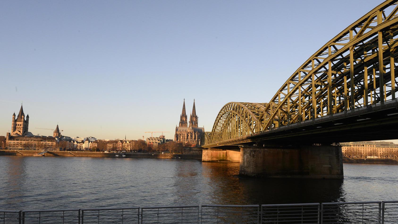 Die Uferpromenade am Rhein in Köln ist ein beliebtes Fotomotiv bei Touristen.