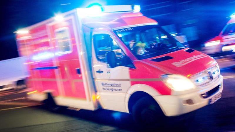ILLUSTRATION - Ein Rettungswagen fährt mit Blaulicht durch eine Straße. Foto: Marcel Kusch/dpa/Archivbild