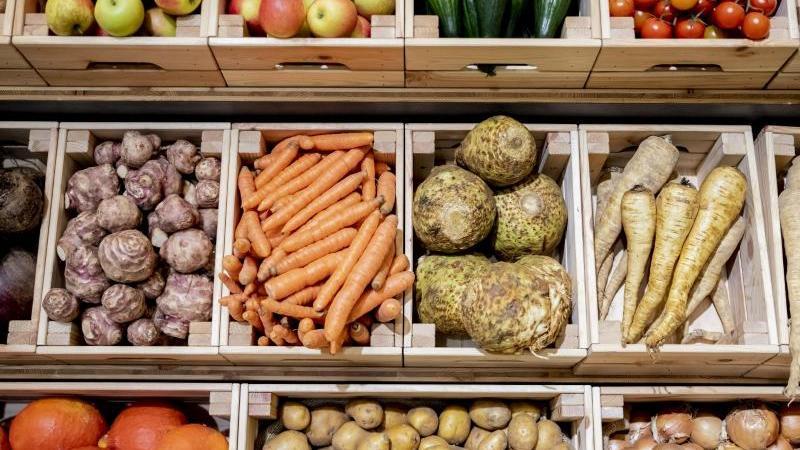 Kisten mit Gemüse sind zu sehen. Foto: Christoph Soeder/dpa/Archivbild