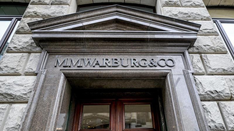Das Logo des Bankhauses M.M.Warburg & CO ist in großen Lettern über dem Haupteingang befestigt. Foto: Axel Heimken/dpa