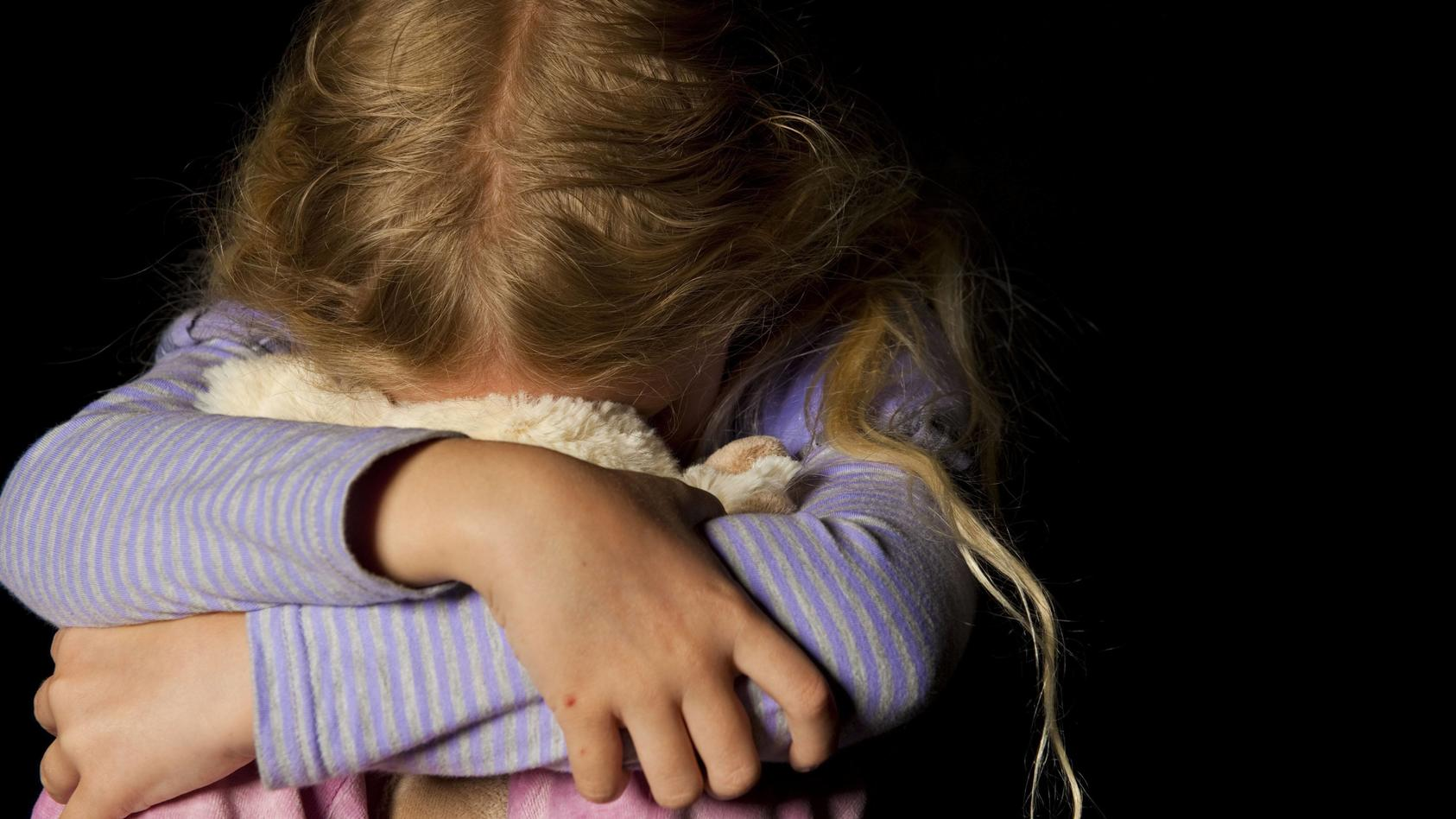 Mädchen kauert Symbolbild Kindesmissbrauch symbolic for child assault BLWX095907 Copyright xblic