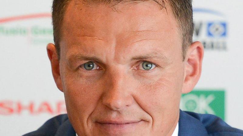 Der ehemalige Fußballtorwart Frank Rost spricht bei einer Pressekonferenz. Foto: picture alliance / dpa