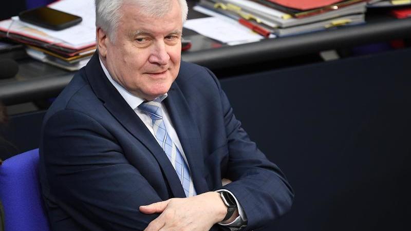 Horst Seehofer (CSU), Bundesminister des Innern, für Bau und Heimat nimmt an einer Sitzung des Bundestages teil. Foto: Britta Pedersen/dpa-Zentralbild/dpa/Archivbild