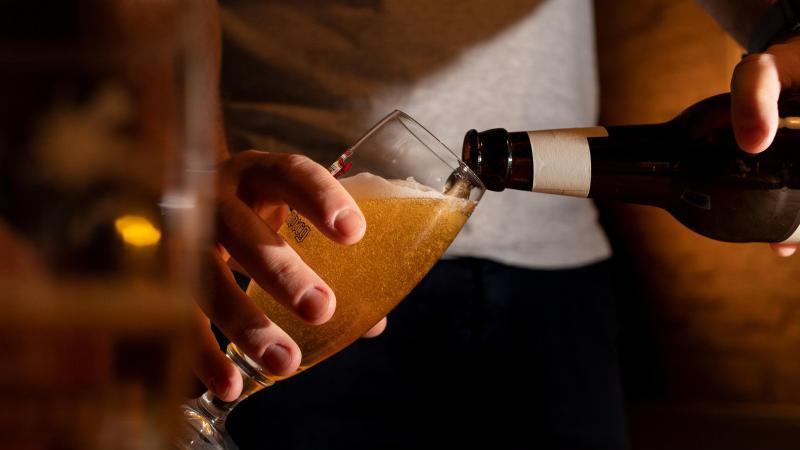 Jemand schenkt sich ein Glas Bier ein. Foto: Franziska Gabbert/dpa-tmn/Archivbild
