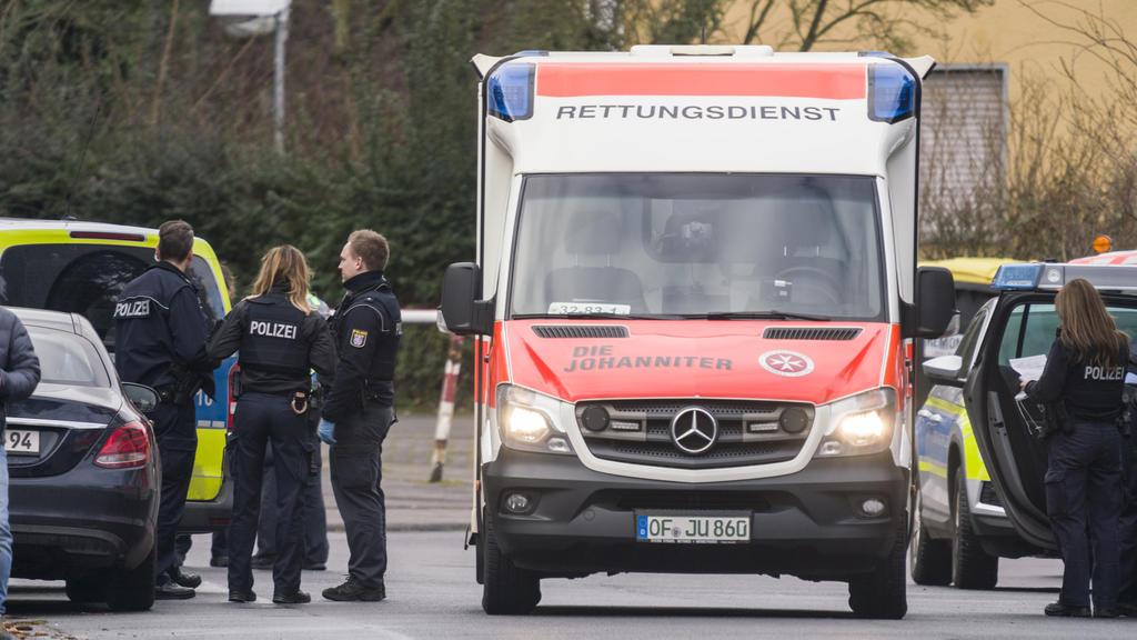 14.02.2020, Hessen, Obertshausen: Ein Rettungswagen, Polizisten und deren Fahrzeuge stehen in der Maingaustraße. Zuvor waren hier zwei Menschen durch Schüsse schwer verletzt worden. Der mutmaßliche Täter sei in seiner Wohnung vorläufig festgenommen w