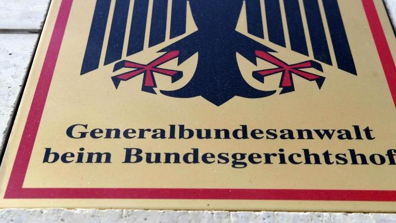 """Ein Hinweisschild mit Bundesadler und dem Schriftzug """"Generalbundesanwalt beim Bundesgerichtshof"""". Foto: Uli Deck/dpa"""