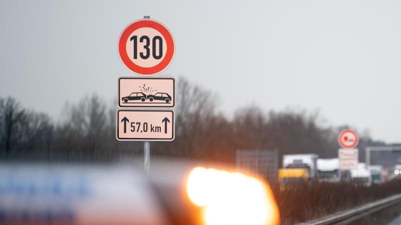 Ein Schild zur Geschwindigkeitsbegrenzung auf der Autobahn. Foto: Soeren Stache/dpa-Zentralbild/dpa/Archivbild