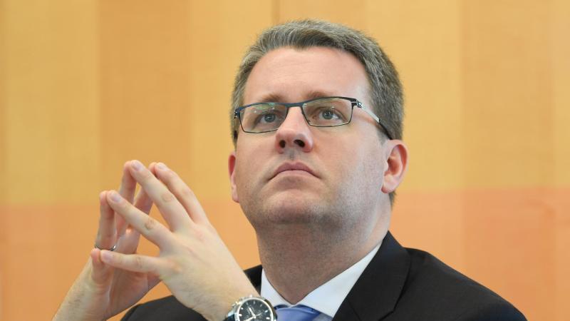 Patrick Burghardt (CDU), Staatssekretär im Ministerium für Wissenschaft und Kunst, blickt während einer Plenarsitzung des hessischen Landtags in die Runde. Foto: Arne Dedert/dpa/Archivbild