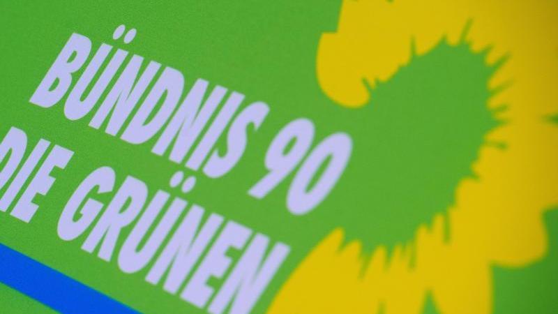 Das Logo der Partei Die Grünen steht auf einem Aufsteller. Foto: Stefan Sauer/dpa-Zentralbild/dpa/Archivbild