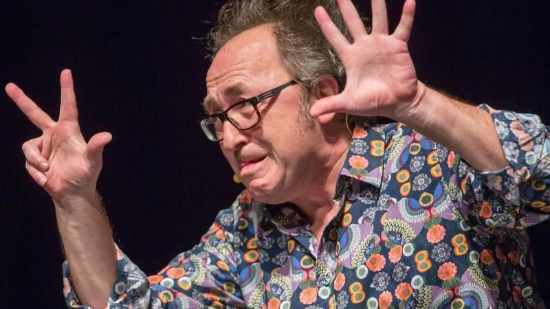 Der Kabarettist Urban Priol gestikuliert während eines Auftritts. Foto: Michael Reichel/dpa-Zentralbild/dpa