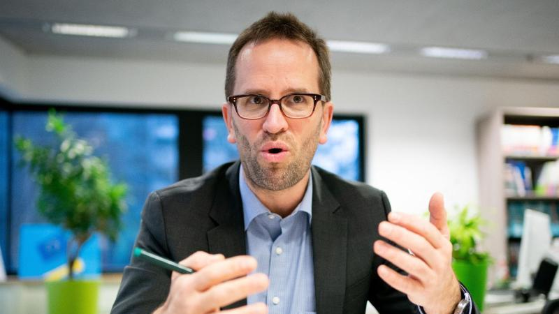 Klaus Müller, Vorstand des Verbraucherzentrale Bundesverbands (vzbv), spricht in einem Interview. Foto: Kay Nietfeld/dpa/Archiv