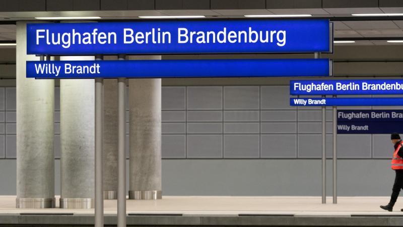 Ein Mitarbeiter der Deutschen Bahn geht auf einem Bahnsteig des Bahnhofes des künftigen Flughafens Berlin Brandenburg. Foto: Soeren Stache/dpa-Zentralbild/dpa/Archivbild
