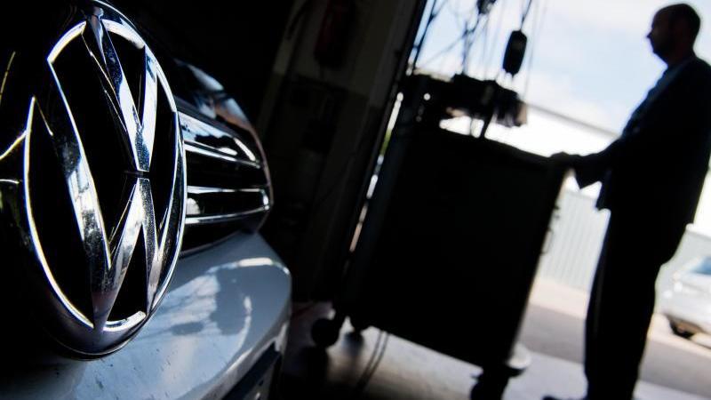 Ein Kfz-Meister lädt ein Software-Update auf einen Volkswagen Golf mit einem 2,0-Liter-Dieselmotor. Foto: Julian Stratenschulte/dpa
