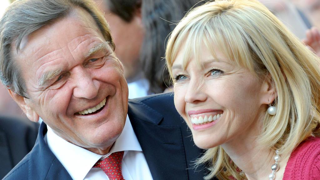 ARCHIV - Der ehemalige Bundeskanzler Gerhard Schröder (SPD) und seine dritte Frau Doris Schröder-Köpf lachen am 31.08.2009 auf dem Opernplatz in Hannover.(zu dpa «Medien: Gerhard Schröder hat neue Partnerin») Foto: Jochen Lübke/dpa +++(c) dpa - Bi