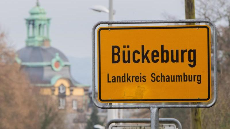 Das Ortsschild von Bückeburg im Landkreis Schaumburg. Foto: Julian Stratenschulte/dpa