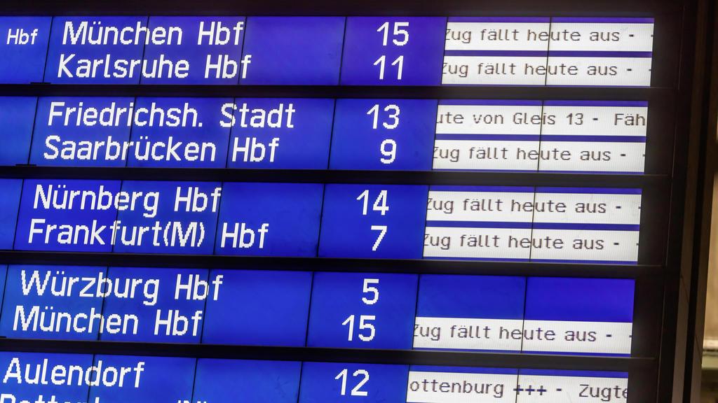 DEU, Deutschland, Baden-Württemberg, Stuttgart, 09.02.2020: Orkantief Sabine legt den Bahnverkehr still. Die Deutsche Bahn stoppte am Sonntagabend den Fernverkehr im ganzen Land. Für gestrandete Fahrgäste wurden wie hier am Hauptbahnhof Stuttgart zw