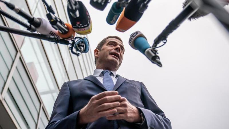 Mike Mohring, Landesvorsitzender der CDU in Thüringen, kommt zur Sitzung des CDU-Präsidiums im Konrad-Adenauer-Haus und spricht in die Mikrofone der Journalisten. Foto: Michael Kappeler/dpa/Archivbild