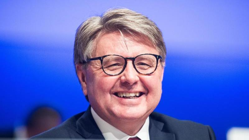 Theodor Weimer, Vorstandsvorsitzender Deutsche Börse AG, gestikuliert auf einem Podium. Foto: Andreas Arnold/dpa/Archivbild
