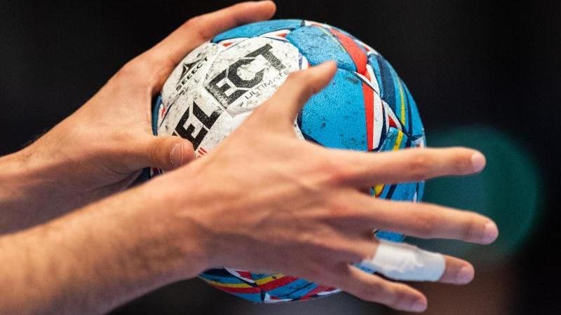 Ein Ball in der Hand eines Spielers. Foto: Robert Michael/dpa/Archiv