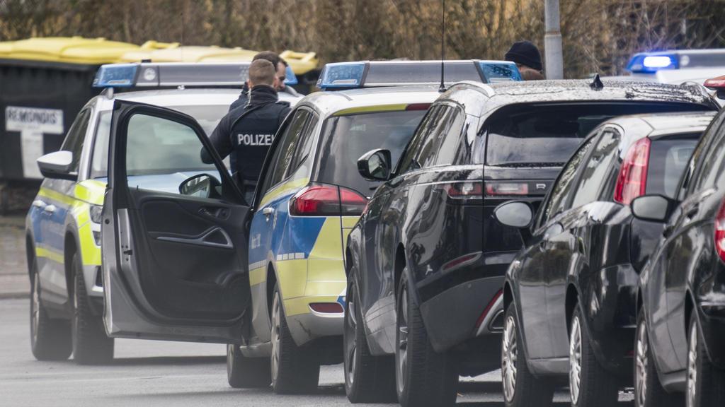 14.02.2020, Hessen, Obertshausen: Polizisten und deren Fahrzeuge stehen in der Maingaustraße. Zuvor waren hier zwei Menschen durch Schüsse schwer verletzt worden. Der mutmaßliche Täter sei in seiner Wohnung vorläufig festgenommen worden, teilte die P