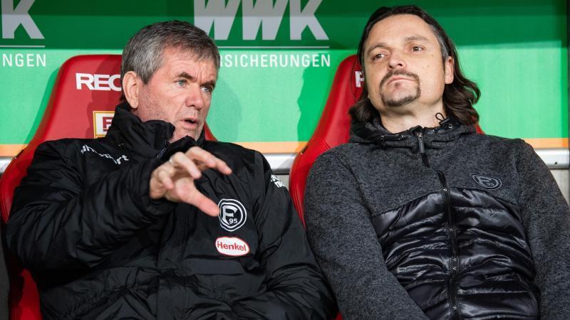 Friedhelm Funkel von Fortuna Düsseldorf sitzt vor dem Spiel zusammen mit Sportvorstand Lutz Pfannenstiel auf der Trainerbank. Foto: Tom Weller/dpa/Archiv