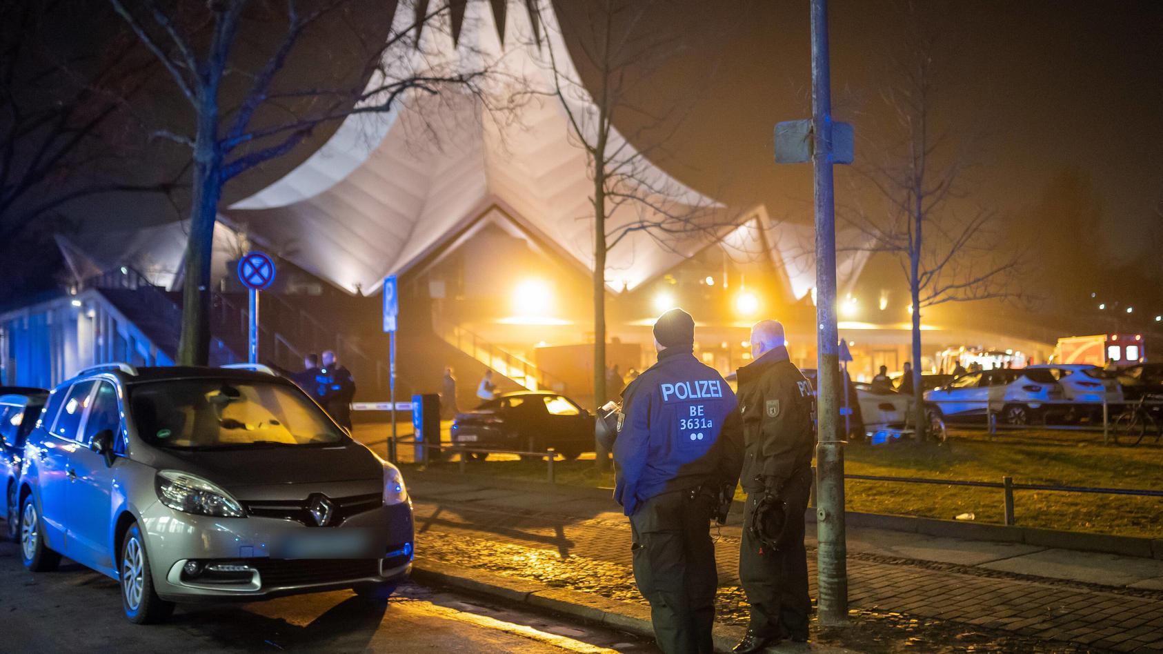 Vor dem Tempodrom in Berlin-Kreuzberg ist am Freitagabend ein Mensch erschossen worden.