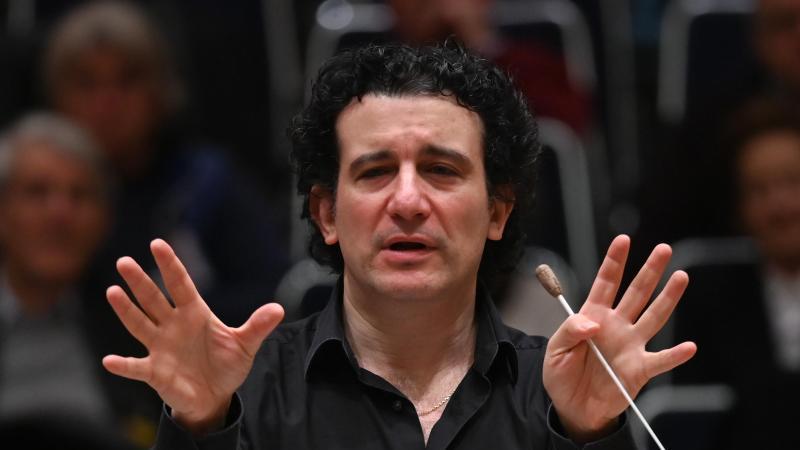 Alain Altinoglu, designierter Chefdirigent des hr-Sinfonieorchesters, nimmt an den Proben im Sendesaal des Hessischen Rundfunks (hr) teil. Foto: Arne Dedert/dpa/Archivbild/dpa