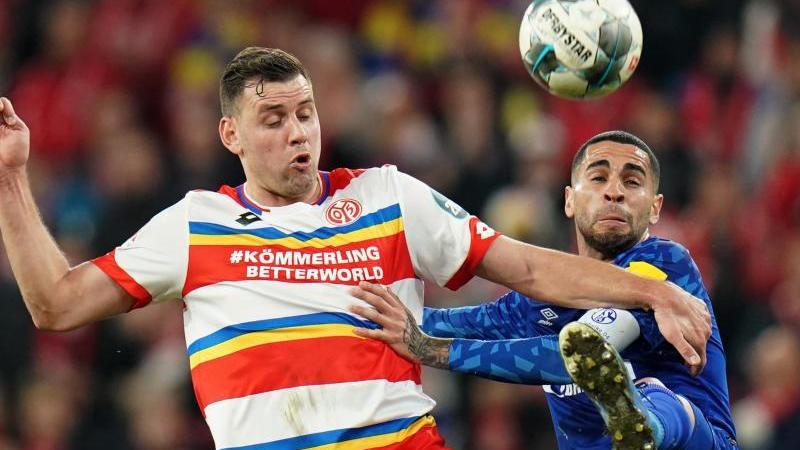 Schalkes Omar Mascarell (r) und der Mainzer Adam Szalai kämpfen um den Ball. Foto: Thomas Frey/dpa