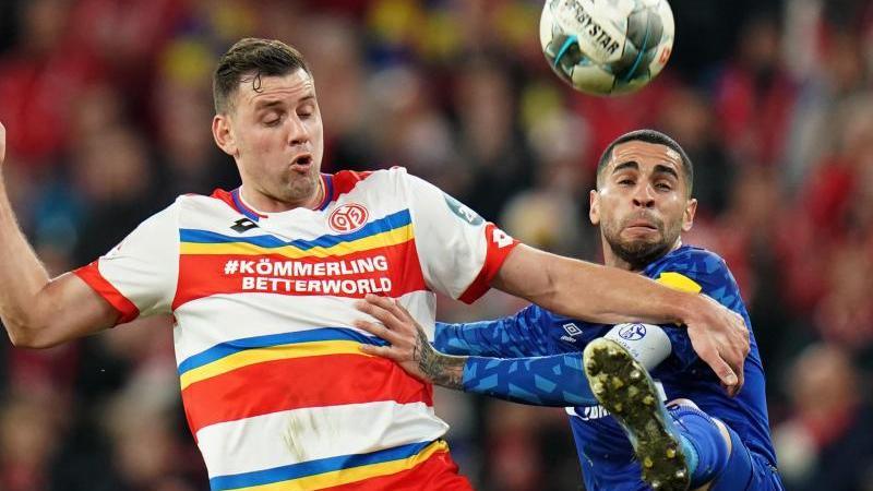 Omar Mascarell (r) und der Mainzer Adam Szalai kämpfen um den Ball. Foto: Thomas Frey/dpa