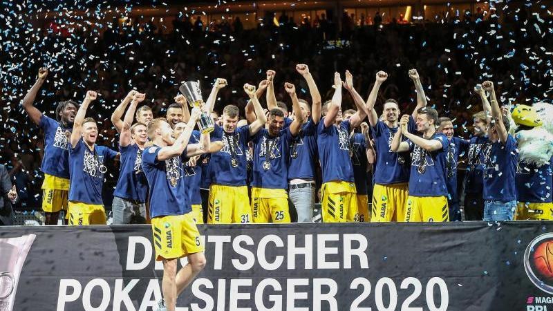 Alba Berlin ist Deutscher Pokalsieger 2020 - der zehnte Pokaltriumph für die Hauptstädter. Foto: Andreas Gora/dpa