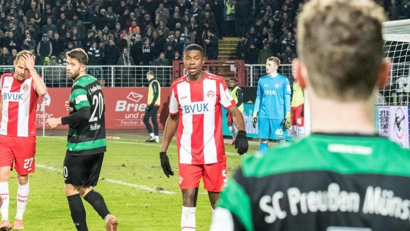 Leroy Kwadwo (M.) von den Würzburger Kickers war rassistisch beleidigt worden. Foto: Carsten Pöhler/dpa