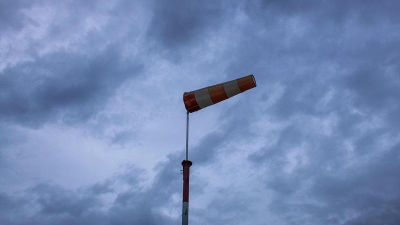 Ein Sturmsack im Wind. Foto: Jens Büttner/dpa-Zentralbild/dpa/Archivbild