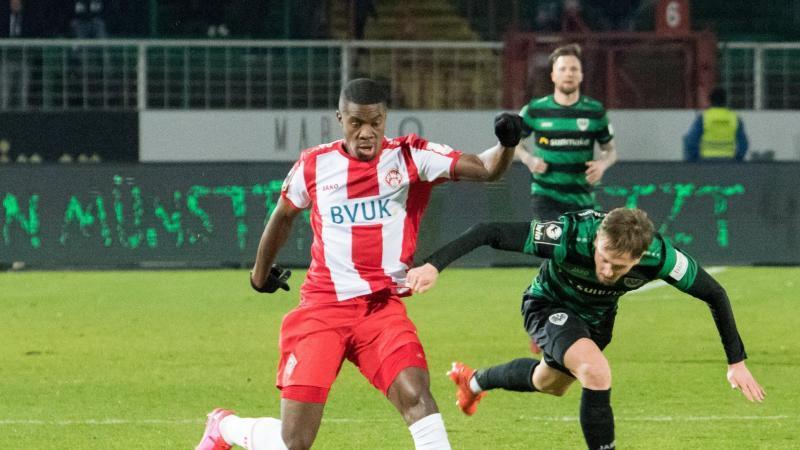 Lerow Kwado (l) während des Spiels gegen Preußen Münster. Foto: Carsten Pöhler/dpa