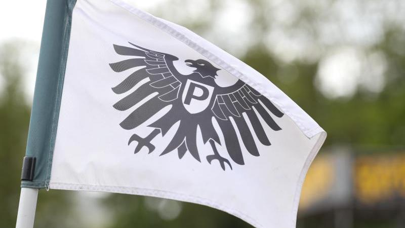 Die Eckfahne mit dem Preußen-Adler weht auf dem Spielfeld. Foto: Friso Gentsch/dpa/Archivbild