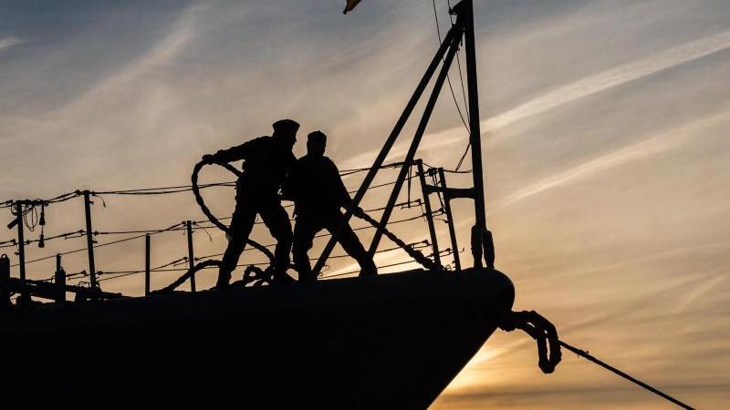 """Zwei Marinesoldaten stehen auf dem Bug der Fregatte """"Augsburg"""". Die """"Augsburg"""" lief damals zur Operation """"Sophia"""" aus. Foto: Mohssen Assanimoghaddam/dpa"""
