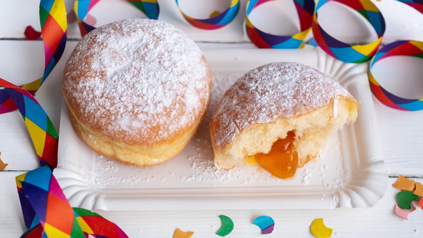 Die Hefeteiglinge haben viele Namen: In Westdeutschland heißen sie Berliner, in Hessen sind's Kreppel oder Krapfen, in Ostdeutschland sagt man Pfannkuchen.