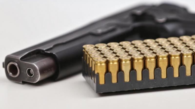 Eine Faustfeuerwaffe vom Typ Sig Sauer P226 in Kaliber 9mm Para mit Munition. Foto: David Young/dpa/Archivbild