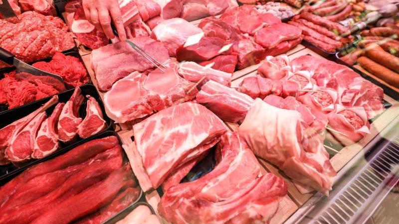 Schweinefleisch und Rindfleisch liegen in einer Fleischtheke in einem Supermarkt. Foto: Jan Woitas/dpa-Zentralbild/dpa/Archivbild