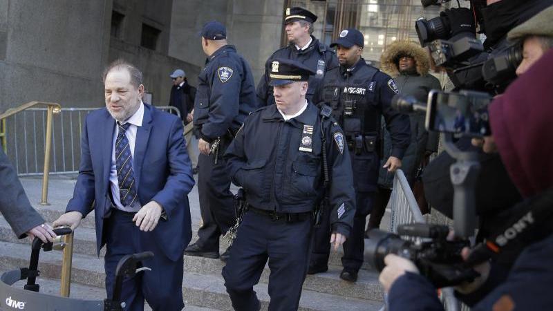 Harvey Weinstein verlässt das Gerichtsgebäude. Foto: Seth Wenig/AP/dpa